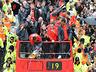 Mistrzowska parada United na ulicach Manchesteru - MANCHESTER UNITED - OD KOŁYSKI AŻ PO GRÓB - zdjęcie 70801119