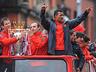 Mistrzowska parada United na ulicach Manchesteru - MANCHESTER UNITED - OD KOŁYSKI AŻ PO GRÓB - zdjęcie 70801128