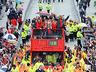Mistrzowska parada United na ulicach Manchesteru - MANCHESTER UNITED - OD KOŁYSKI AŻ PO GRÓB - zdjęcie 70801147